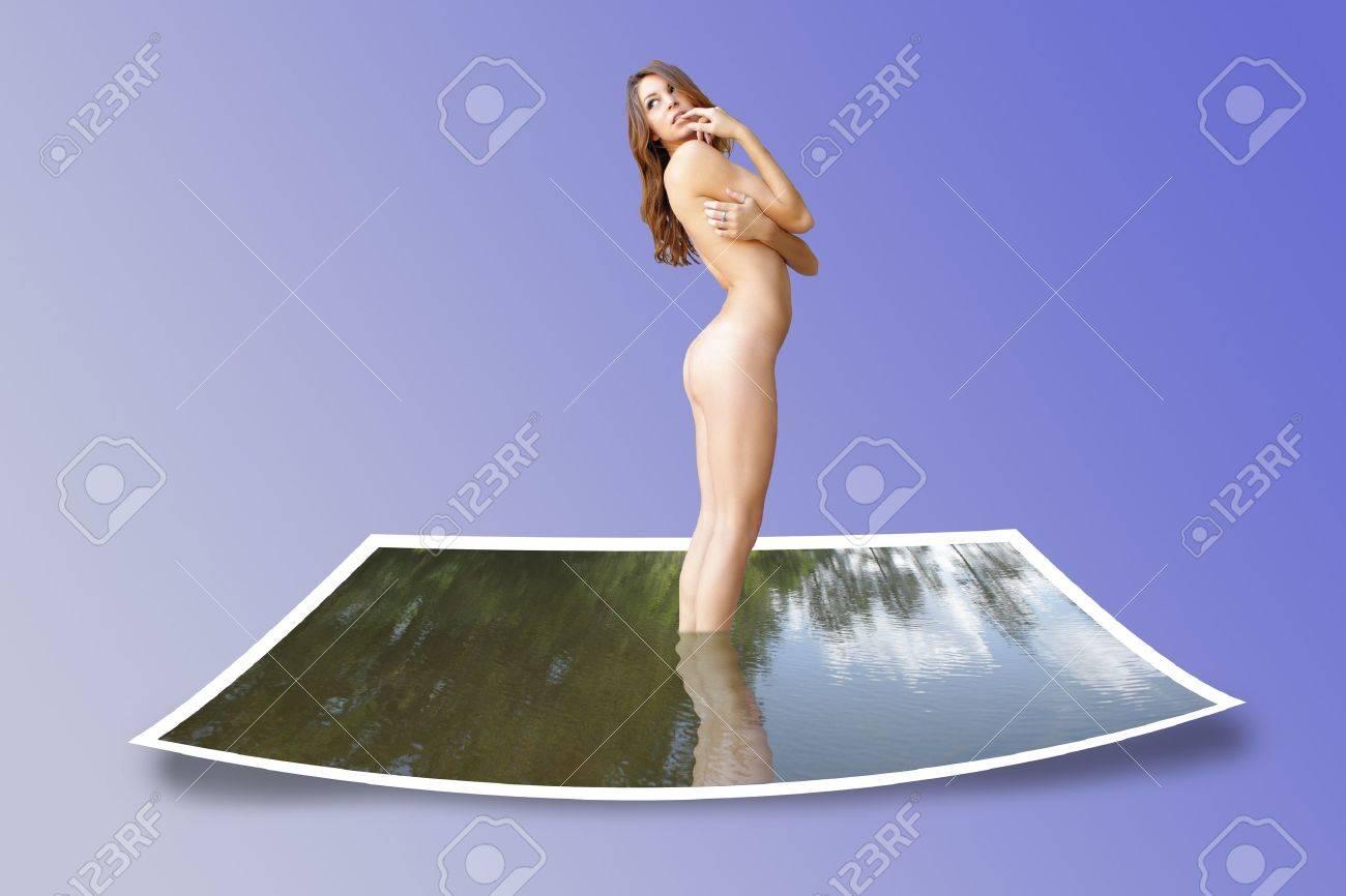 A hermosas jóvenes morenas desnudas subidas a cabo de una tarjeta de la foto de un lago. Foto de archivo - 13405184