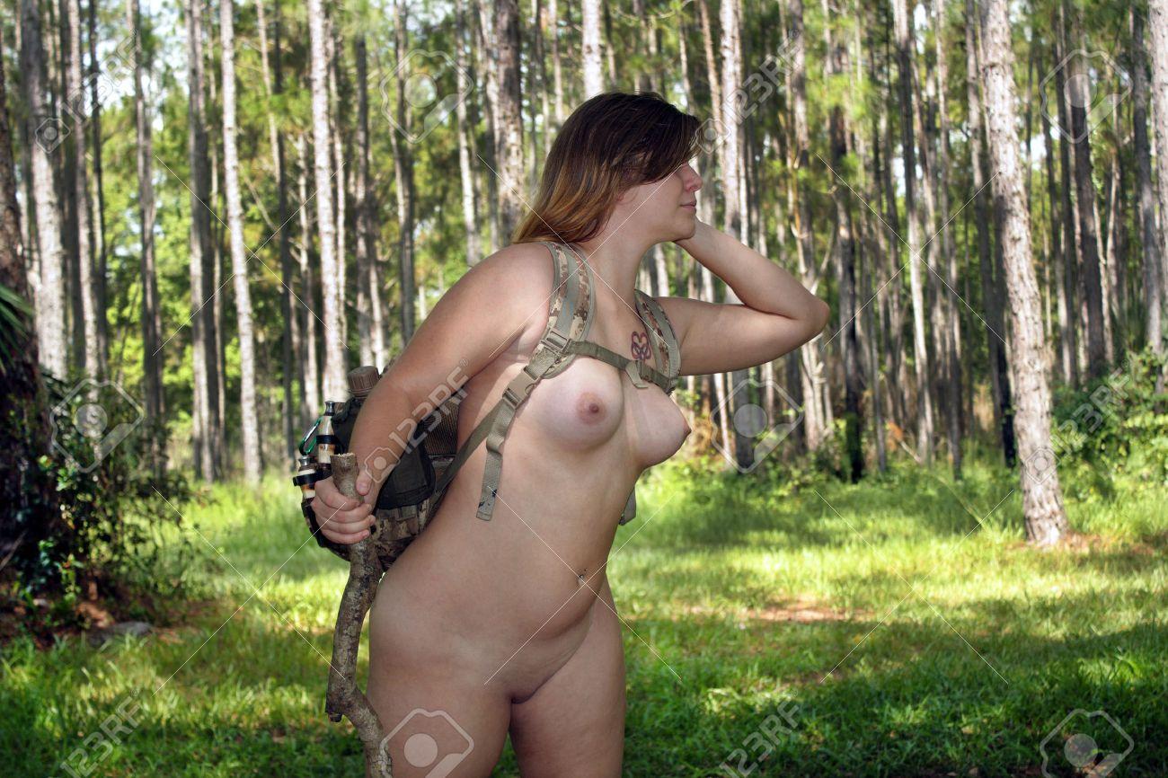 Nackt spazieren im wald