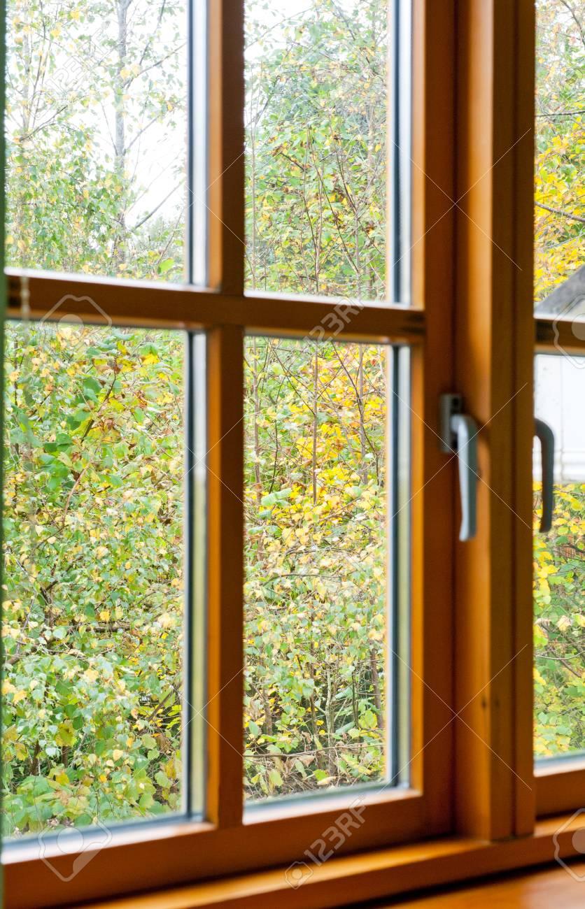 Cadre De Fenêtre En Bois Double Floue Dans La Maison Dans La Saison