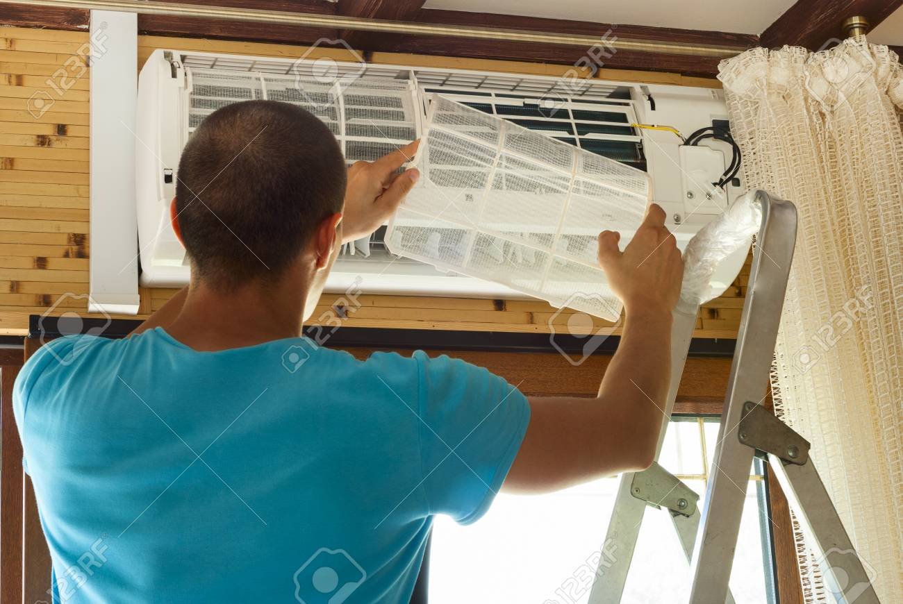 the master cleans the air conditioning - 41885432