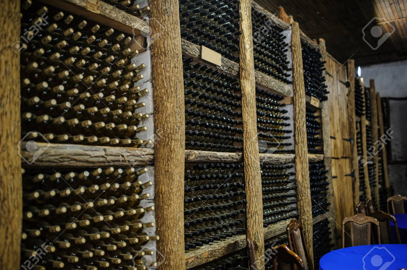 Cave A Vin Avec Des Bouteilles Sur Des Etageres En Bois Banque D Images Et Photos Libres De Droits Image 81625566