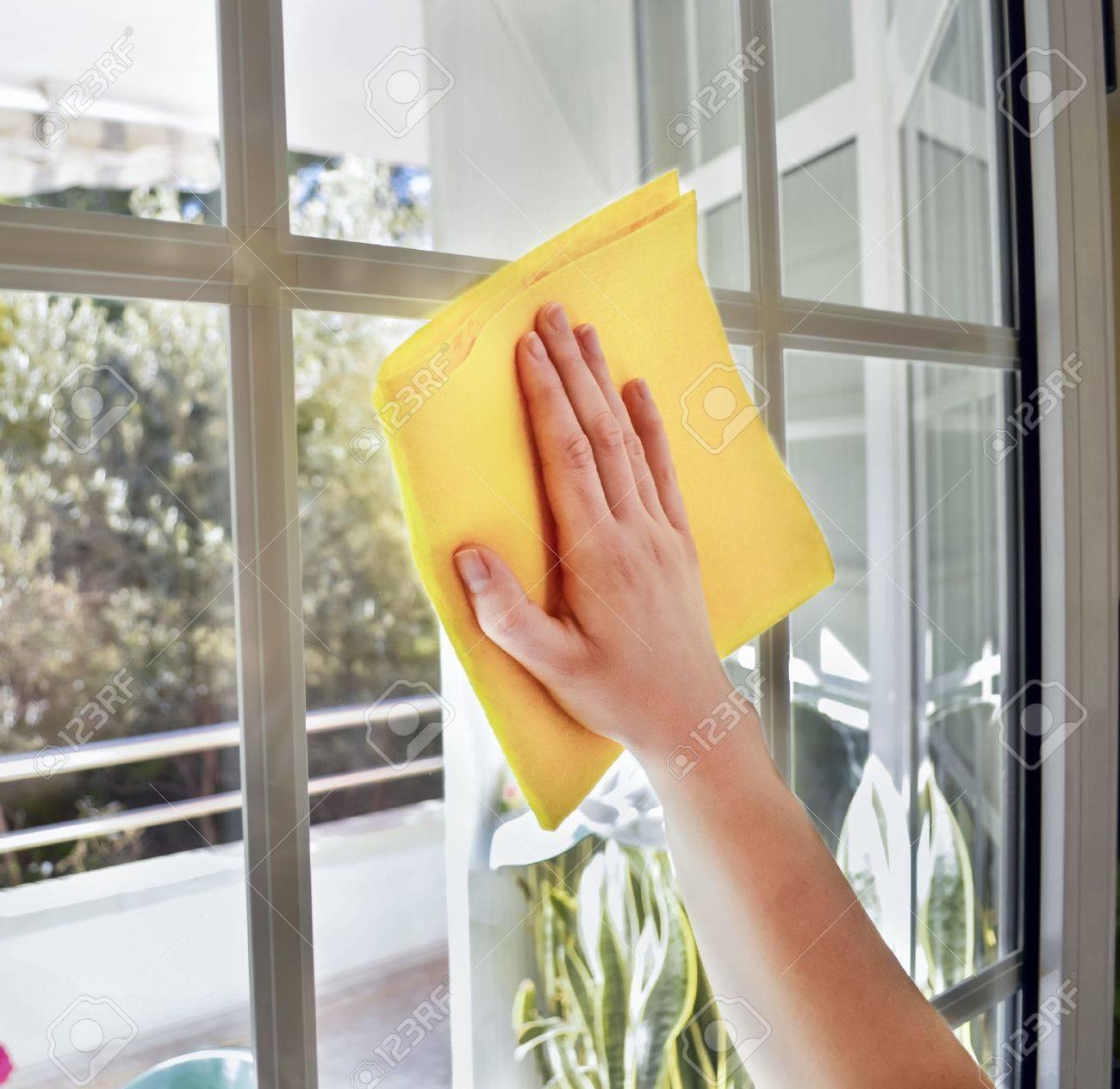 Una Ventana De Limpieza Con Un Pa O Amarillo Mujer Fotos Retratos  ~ Limpieza De Ventanas Y Cristales