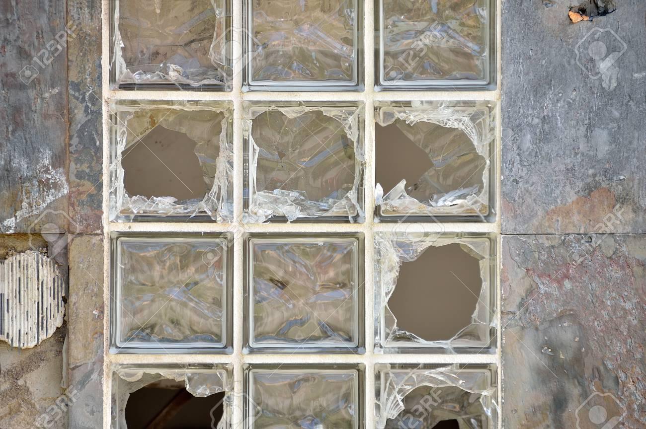 viejos ladrillos de vidrio roto en la pared foto de archivo - Ladrillos De Vidrio