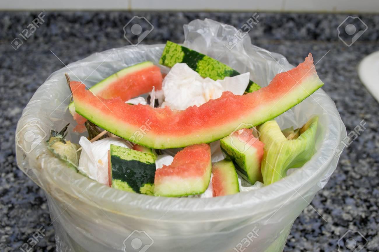 banque dimages gros plan de poubelle la cuisine de comptoir