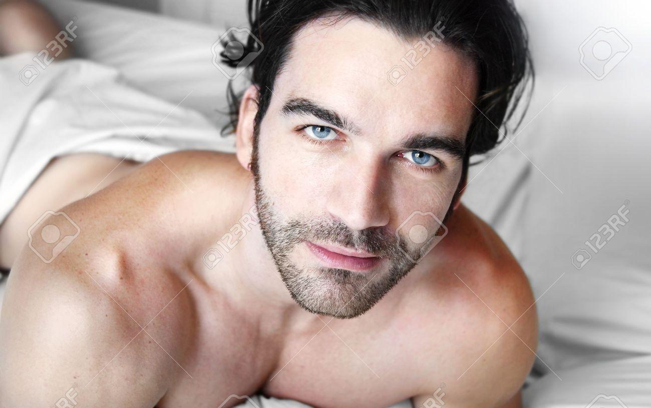 Alles Gute Zum Entspannten Jungen Gut Aussehenden Mann Mit Nacktem  Oberkörper Im Schlafzimmer Standard Bild