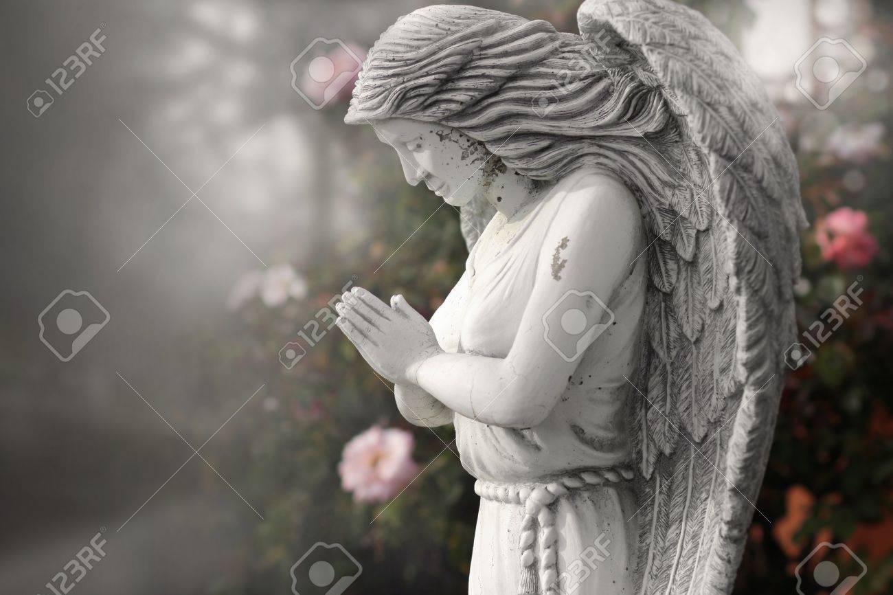 Estatua Del ángel Rezando En Old Jardín Caprichoso Fotos, Retratos ...