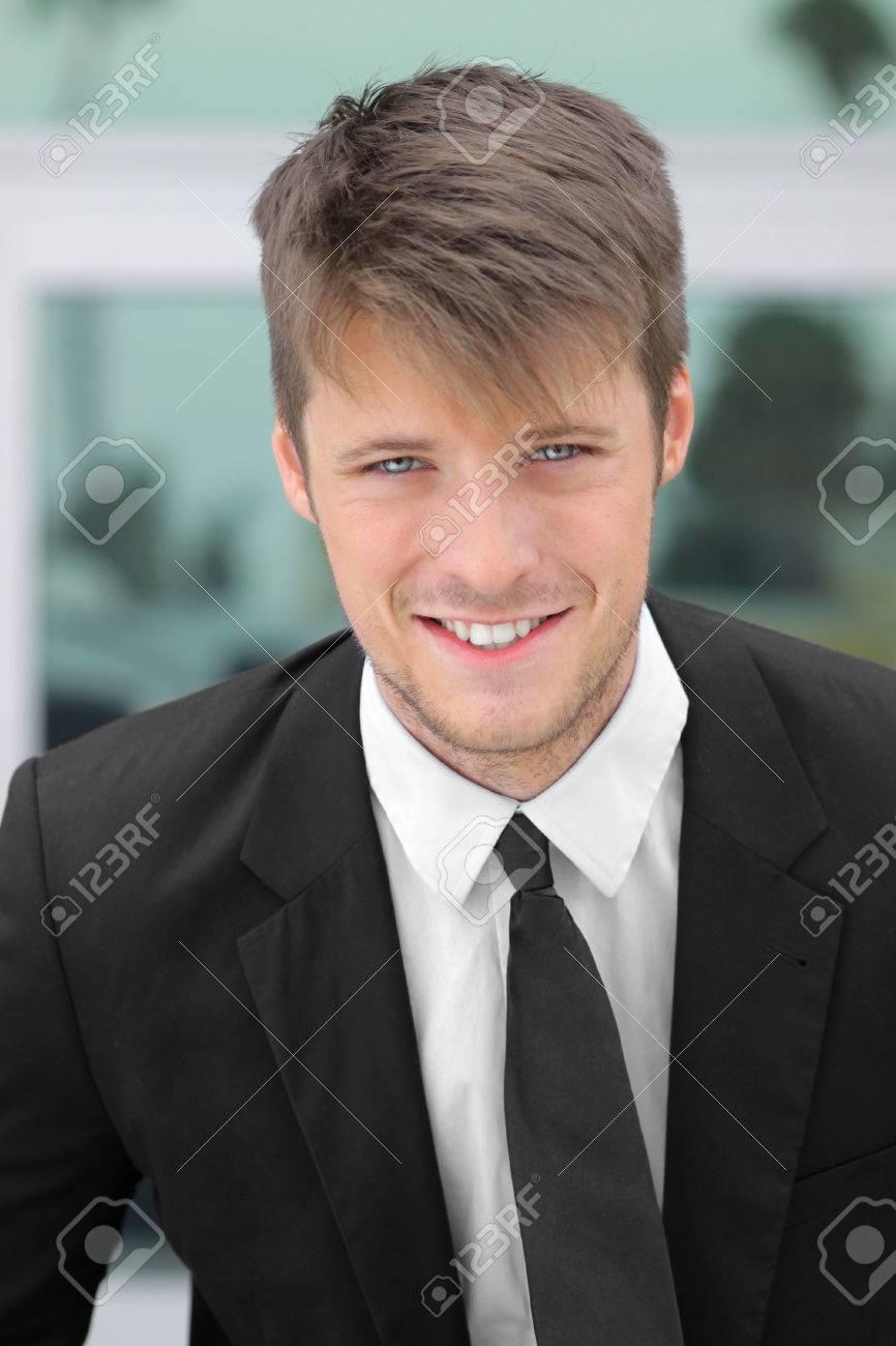 Portrait d'un jeune homme d'affaires de sourire Banque d'images - 25028595
