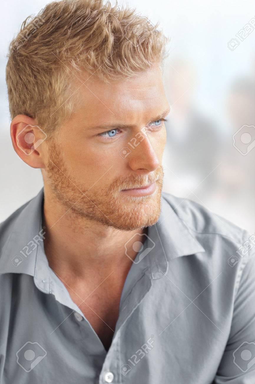 Business portrait d'un jeune homme intelligent beau en environnement de bureau lumineux Banque d'images - 25192257