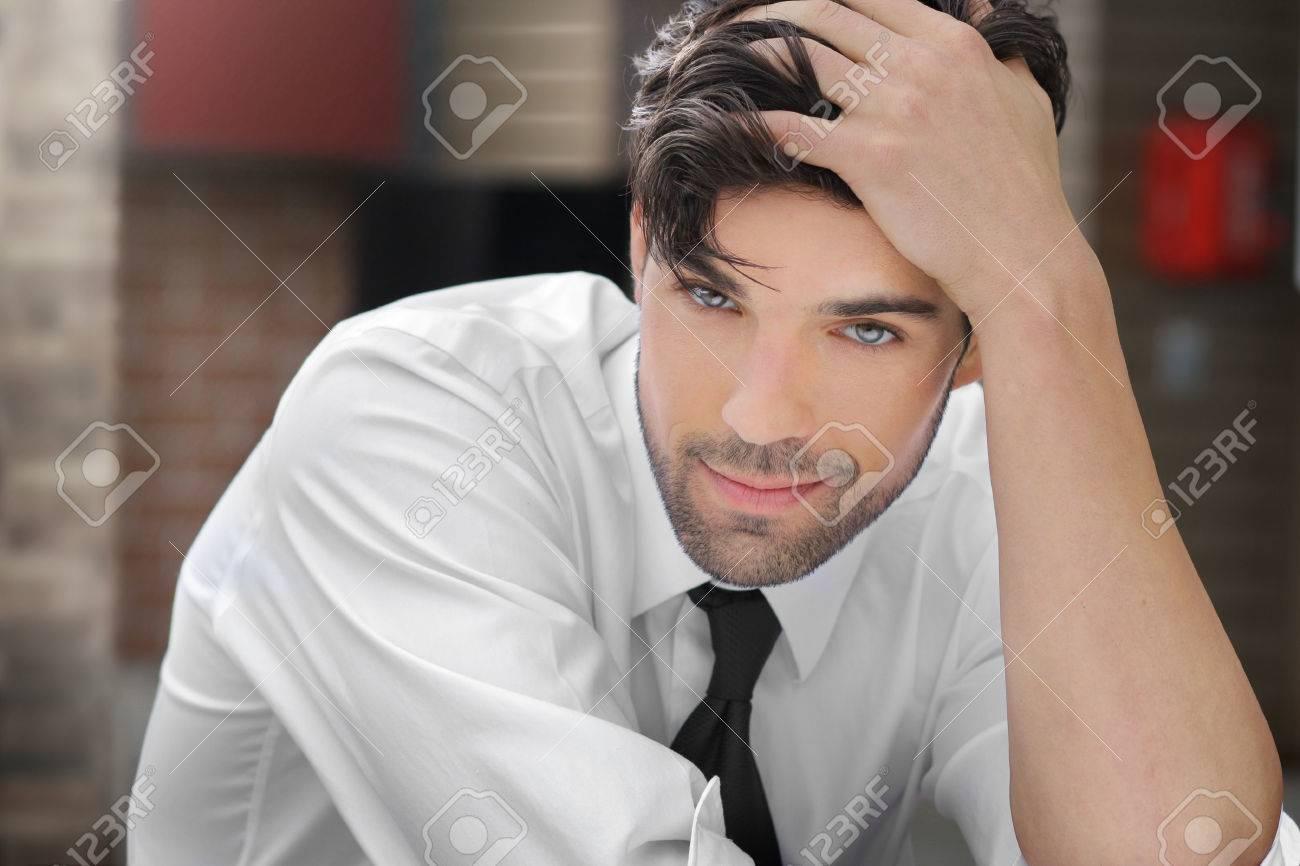 Portrait d'un jeune homme décontracté avec sourire sexy ludique Banque d'images - 25192240