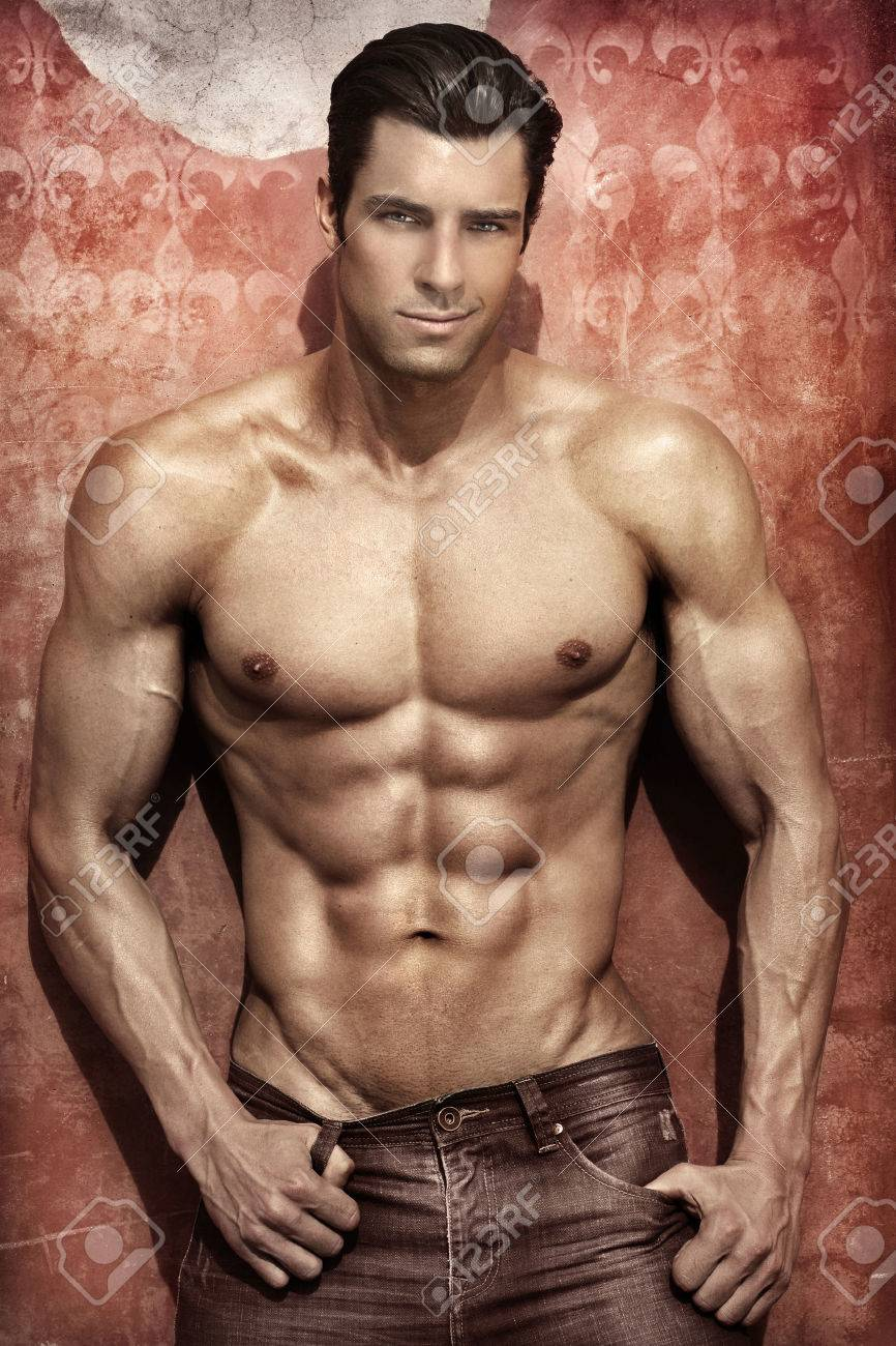 Bel homme musclé posant sur un fond élégant dynamique Banque d'images - 26250630