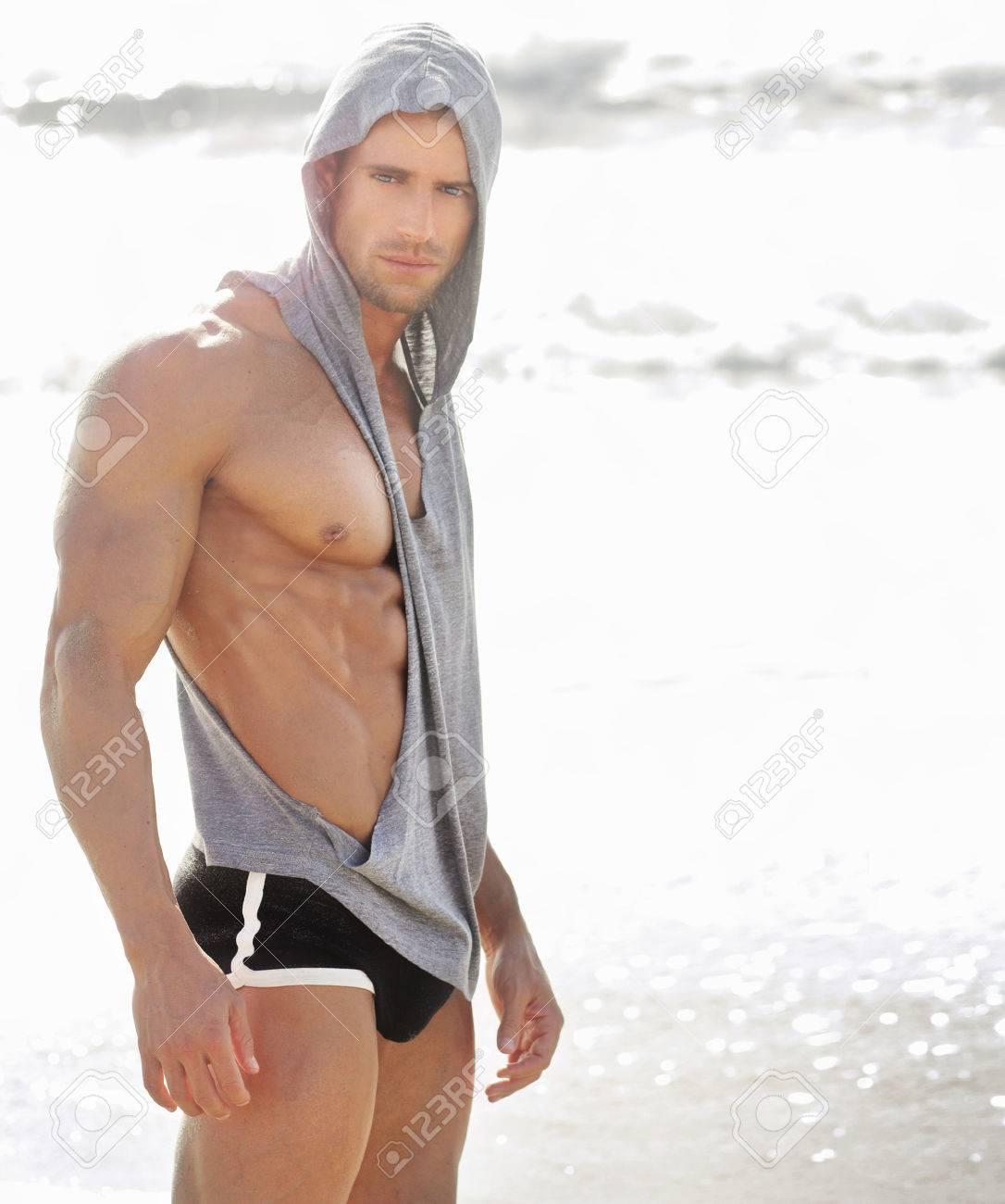 Portrait d'un bel homme musclé à la plage Banque d'images - 26194471