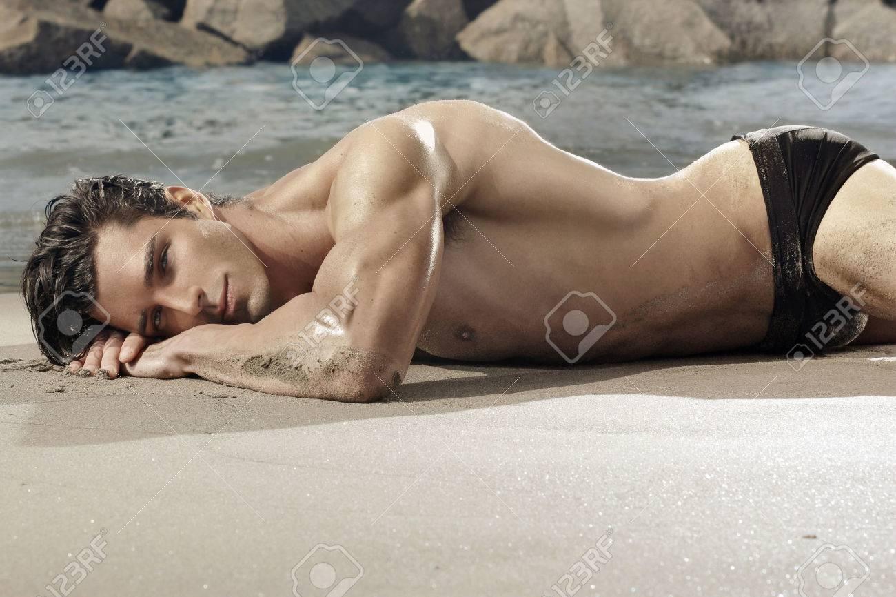 Belle homme en forme, portant sur la plage exotique Banque d'images - 26790126