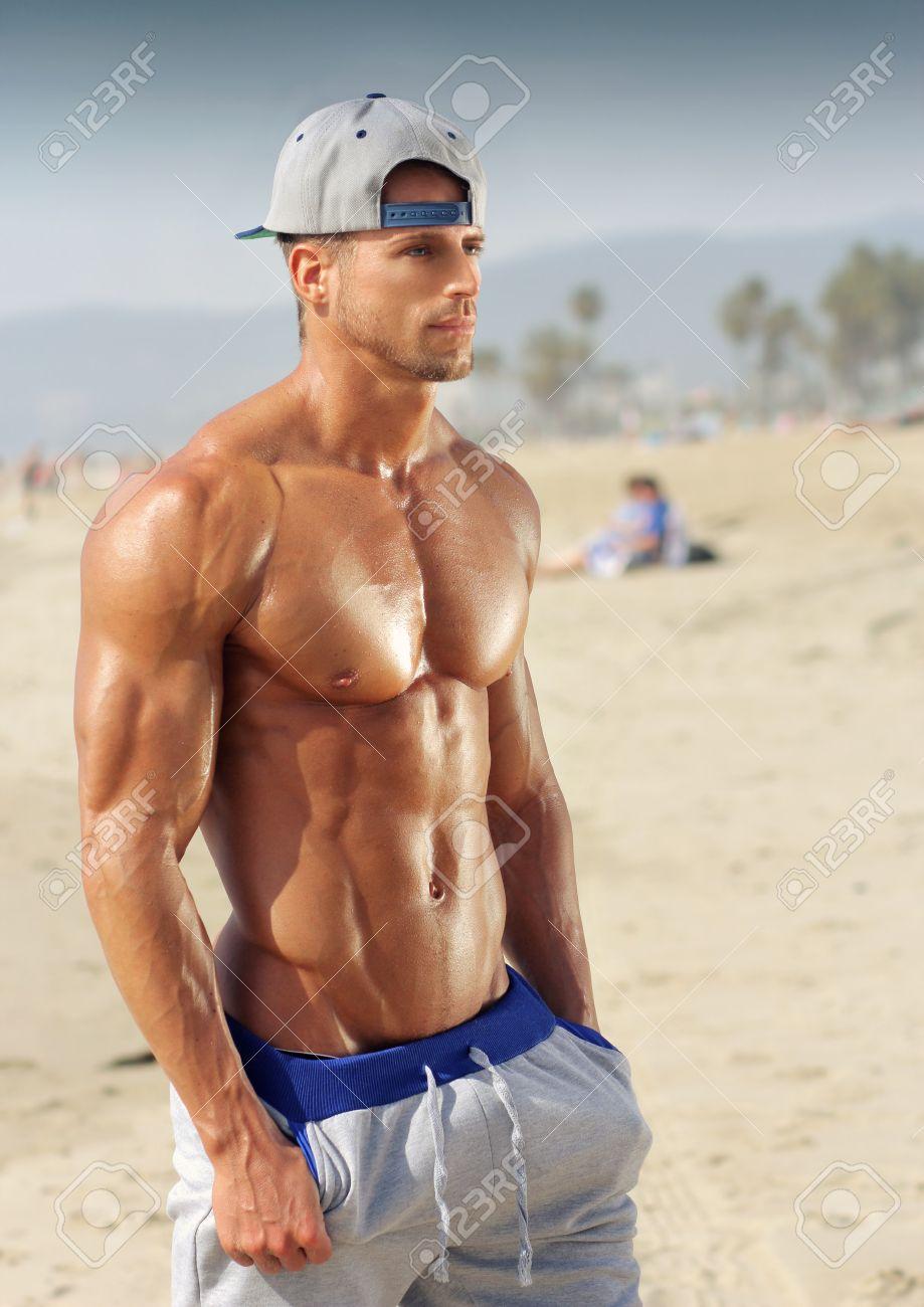 Beau jeune modèle masculin musculaire sur la plage appréciant l'été Banque d'images - 26925591