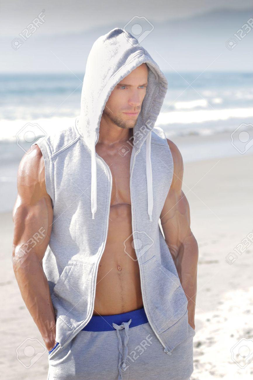 Beau jeune homme très musclé à la plage Banque d'images - 27884875