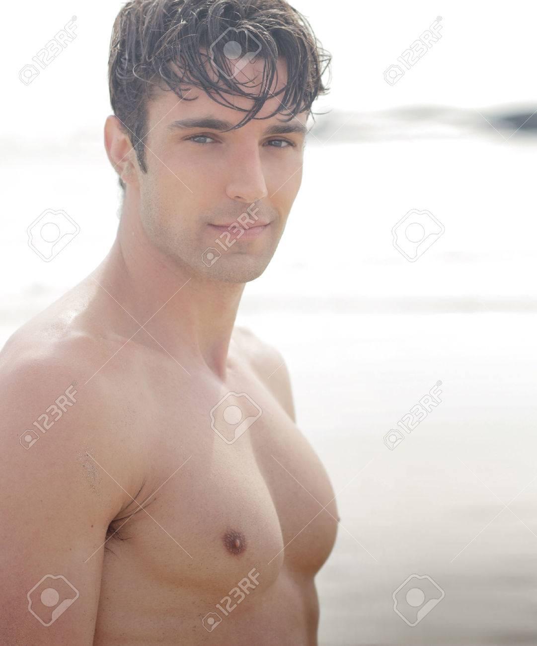 Beau jeune homme torse nu en plein air Banque d'images - 27884877