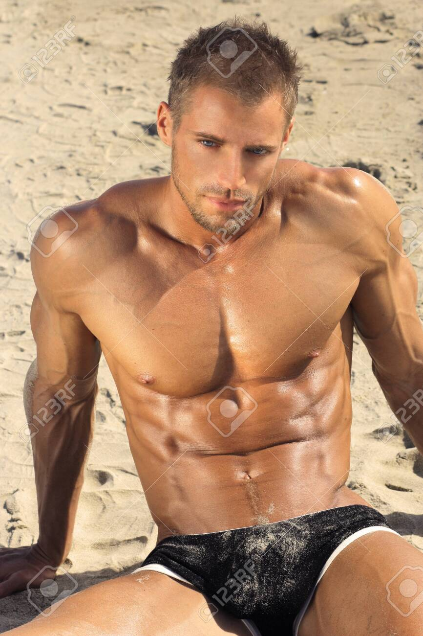 Mec musclé sexy en sous-vêtements à la plage Banque d'images - 27884886