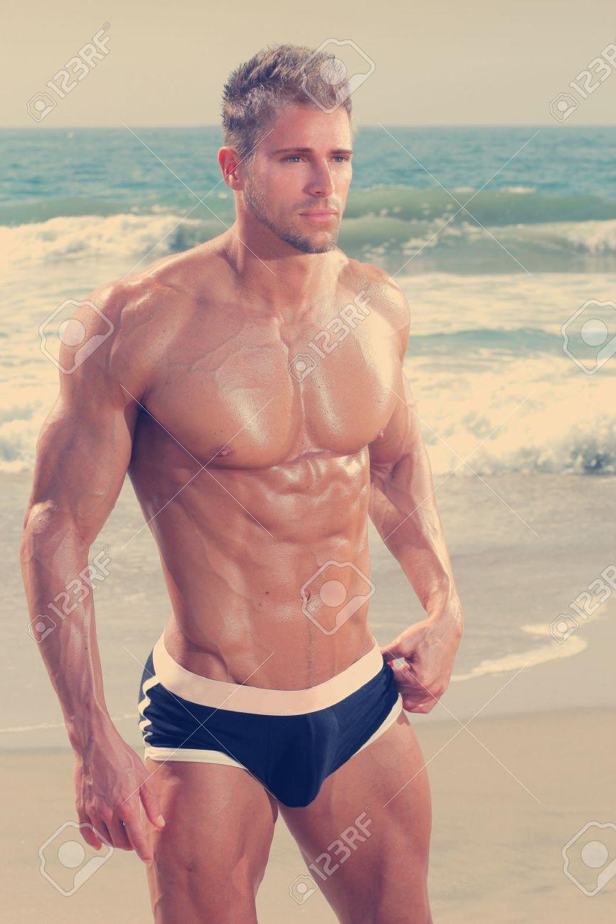 Sexy très musclé beau homme en sous-vêtements sur la plage Banque d'images - 31522834