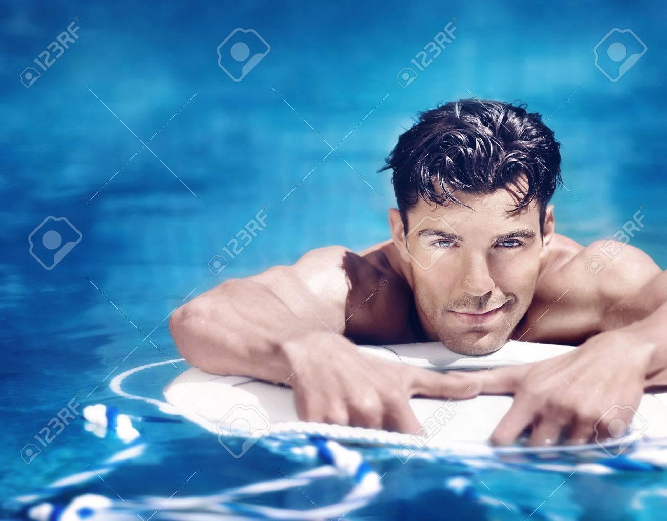 Très beau jeune homme dans la piscine Banque d'images - 52154885