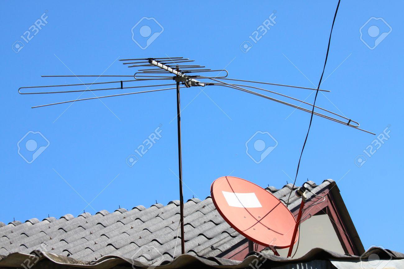 antena de tv vieja en el tejado de la casa con el cielo bule foto de