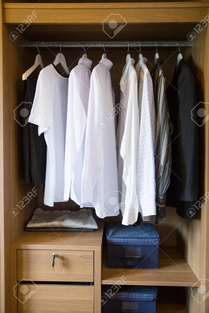 Kleidung Hängen Auf Einem Regal In Einem Designer-Kleidung Zu ...