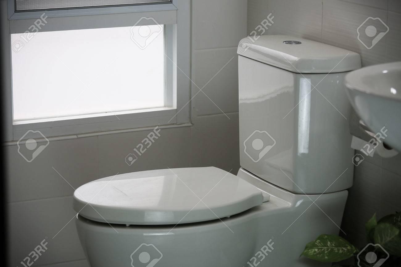 Weiße Toilette Im Modernen Haus, Weiß Toilettenschüssel In ...