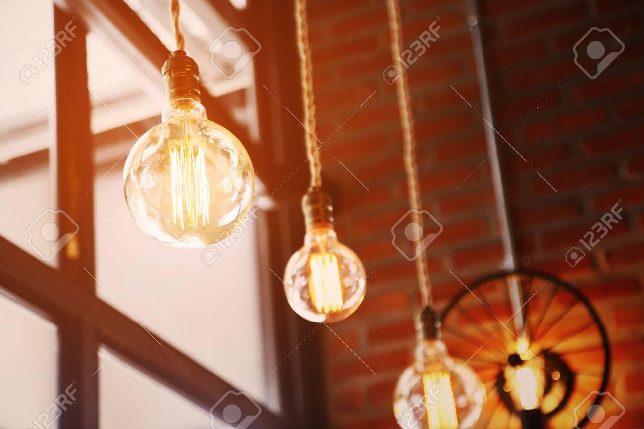Lampada vintage o retrò sul vecchio muro in casa sentimento