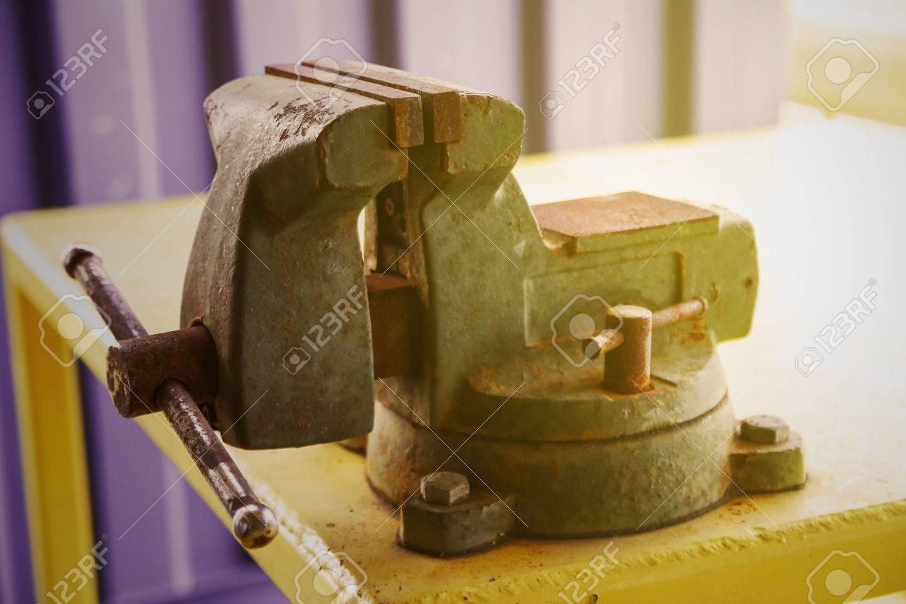 Vise Werkzeug In Der Werkstatt Oder Der Garage Für Die Unterstützung Harte  Arbeit, Spezialwerkzeuge Für Die Industrie Job, Stehen Schraubstock Auf Dem  Tisch ...