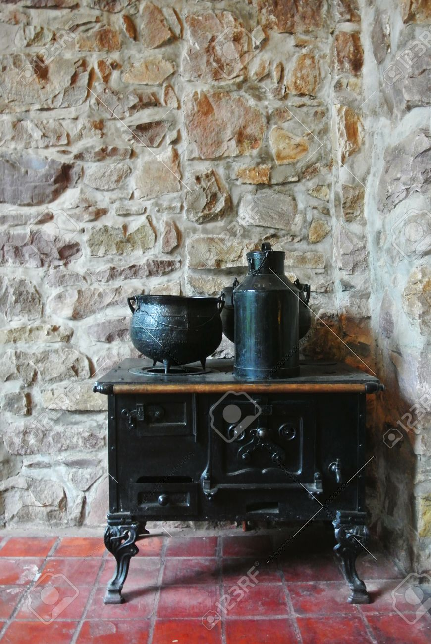 Old Vintage-Küche über Rustikale Steinwand Lizenzfreie Fotos ...