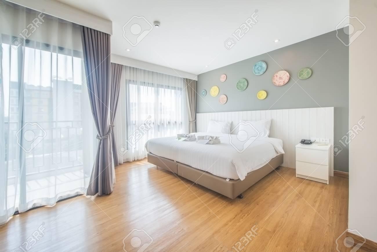 Intérieur De Chambre Blanche Et Confortable (chambre Moderne) Banque ...