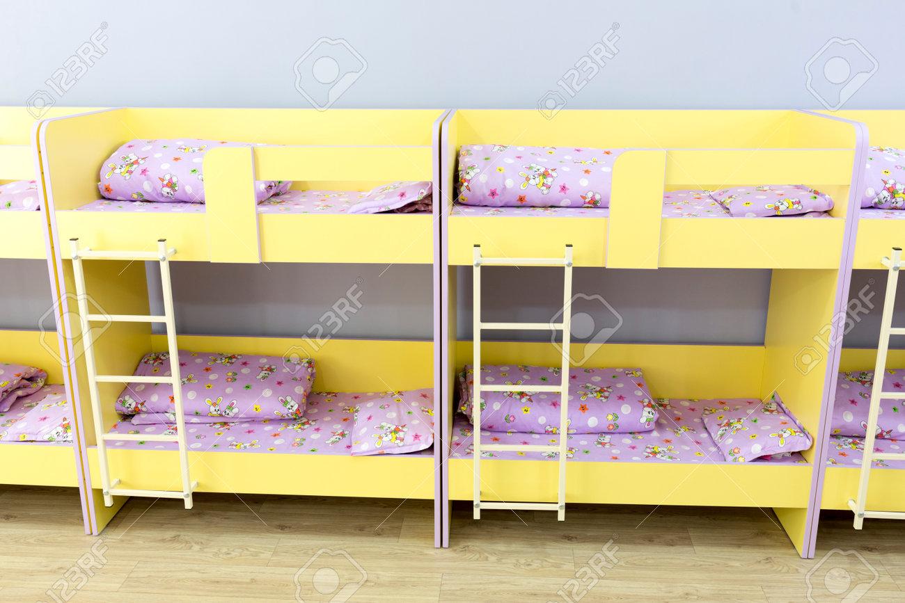 Etagenbetten Kinder : Moderne kindergarten schlafzimmer mit etagenbett treppe für die