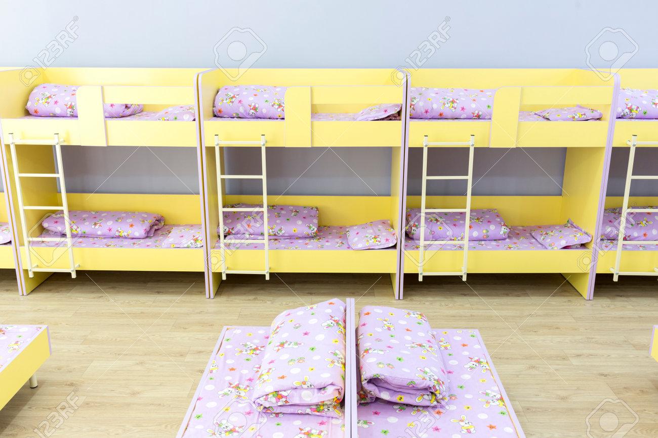 Dormitorio Moderno Jardín De Infantes Con Pequeñas Literas Con ...