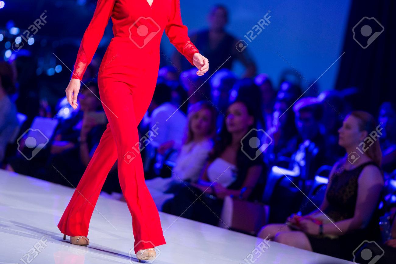 promo code 59796 32674 Un modello femminile cammina la pista durante l'autunno / inverno Sofia  Settimana della moda 2016 a Sofia, Bulgaria. abito rosso