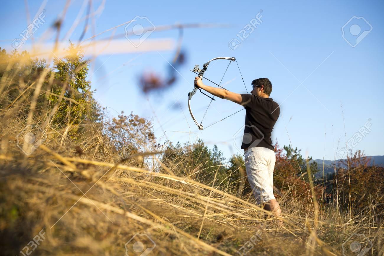 Ein Schutze Seine Compoundbogen In Einem Feld Im Wald Im Fruhen
