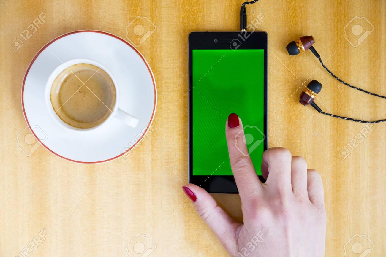 Tipos De Mujer Joven Y Toboganes En Su Teléfono Inteligente En Casa ...