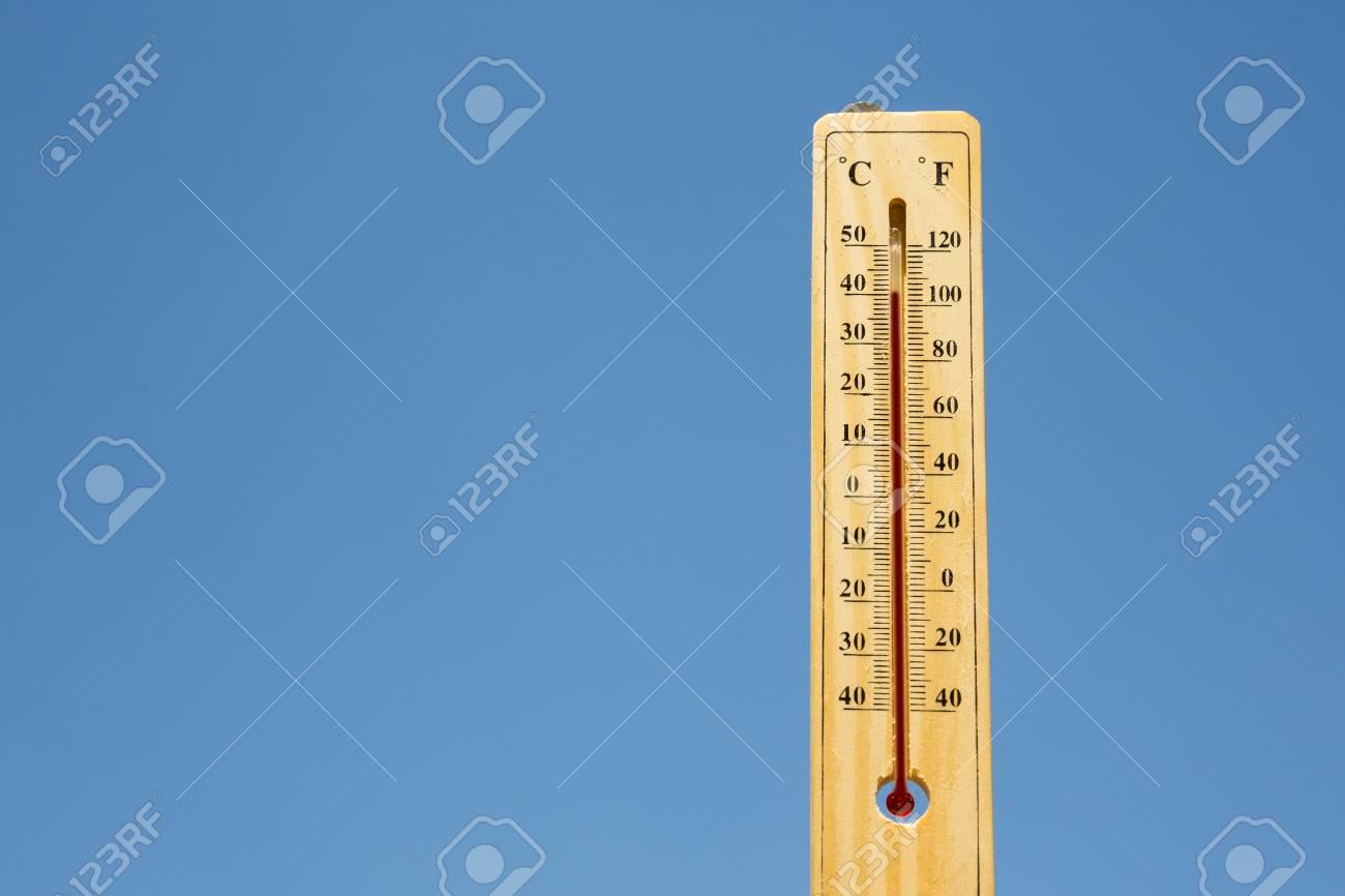 Termometro De Mercurio Que Marca 40 Grados Celsius 100 Fahrenheit En Un Dia Soleado Calor De Verano Que Se Muestra En El Termometro De Mercurio Contra El Cielo Azul Fotos Retratos Imagenes Si simplificas 180/100 queda 9/5 , y de la misma manera 100/180= 5/9. termometro de mercurio que marca 40 grados celsius 100 fahrenheit en un dia soleado calor de verano que se muestra en el termometro de mercurio
