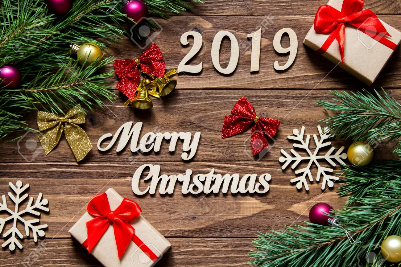 Image De Joyeux Noel 2019.Joyeux Noel 2019 Cadeaux De Noel Et Guirlandes Sur Le Fond En Bois