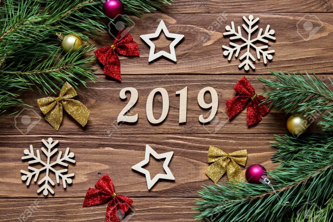 Imagenes De Navidad 2019.Titulo De Ano Nuevo 2019 Decoracion De Navidad En El Fondo De Madera