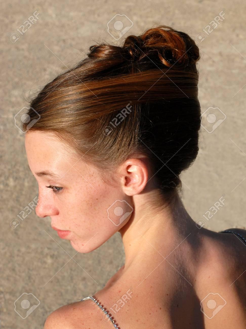 Jeune Femme Et Sa Belle Coiffure Pour La Ceremonie Banque D Images Et Photos Libres De Droits Image 2048114