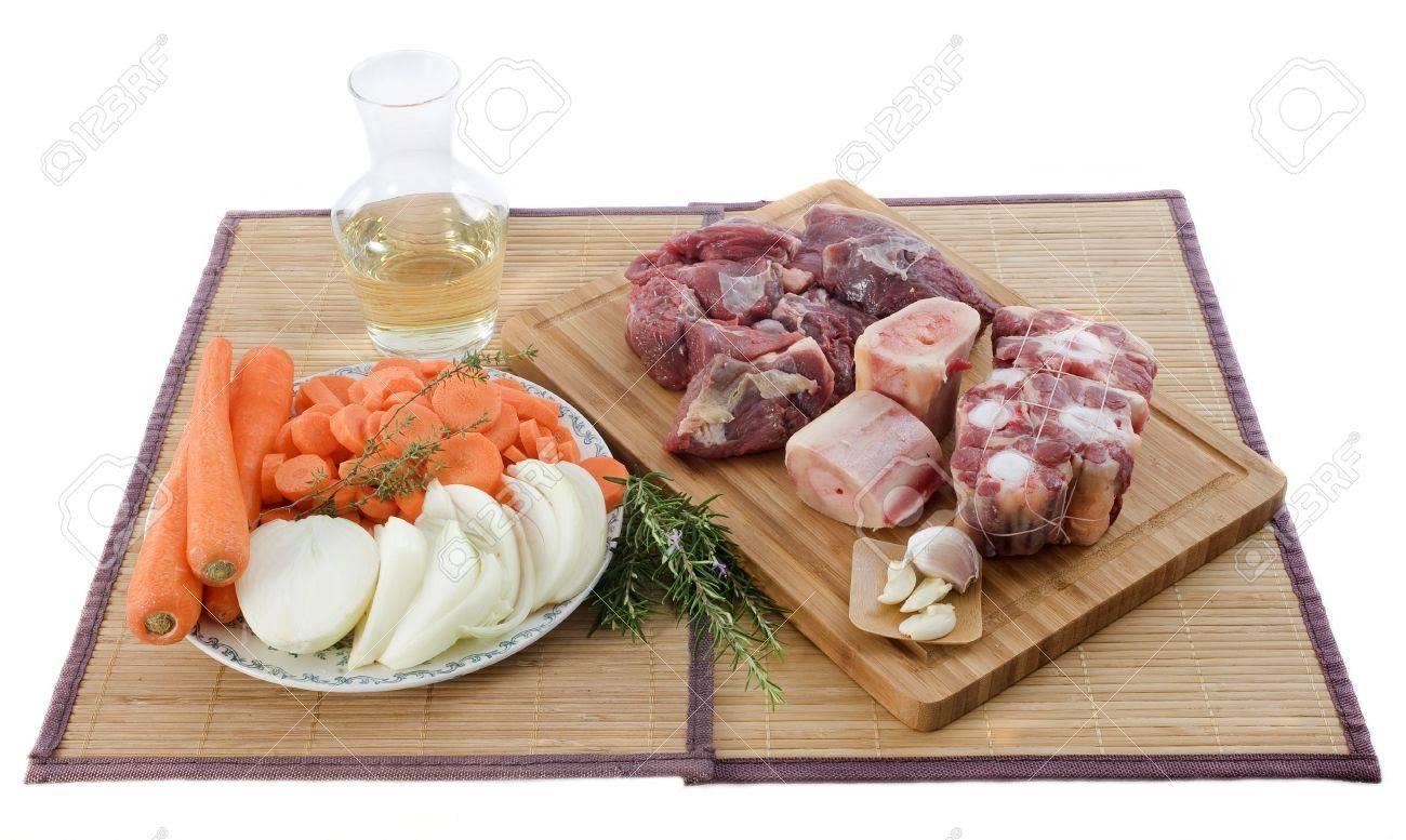 variedad de carnes, verduras y vino blanco para cocinar y pot-au feu-sobre una tabla de cocina Foto de archivo - 16086391