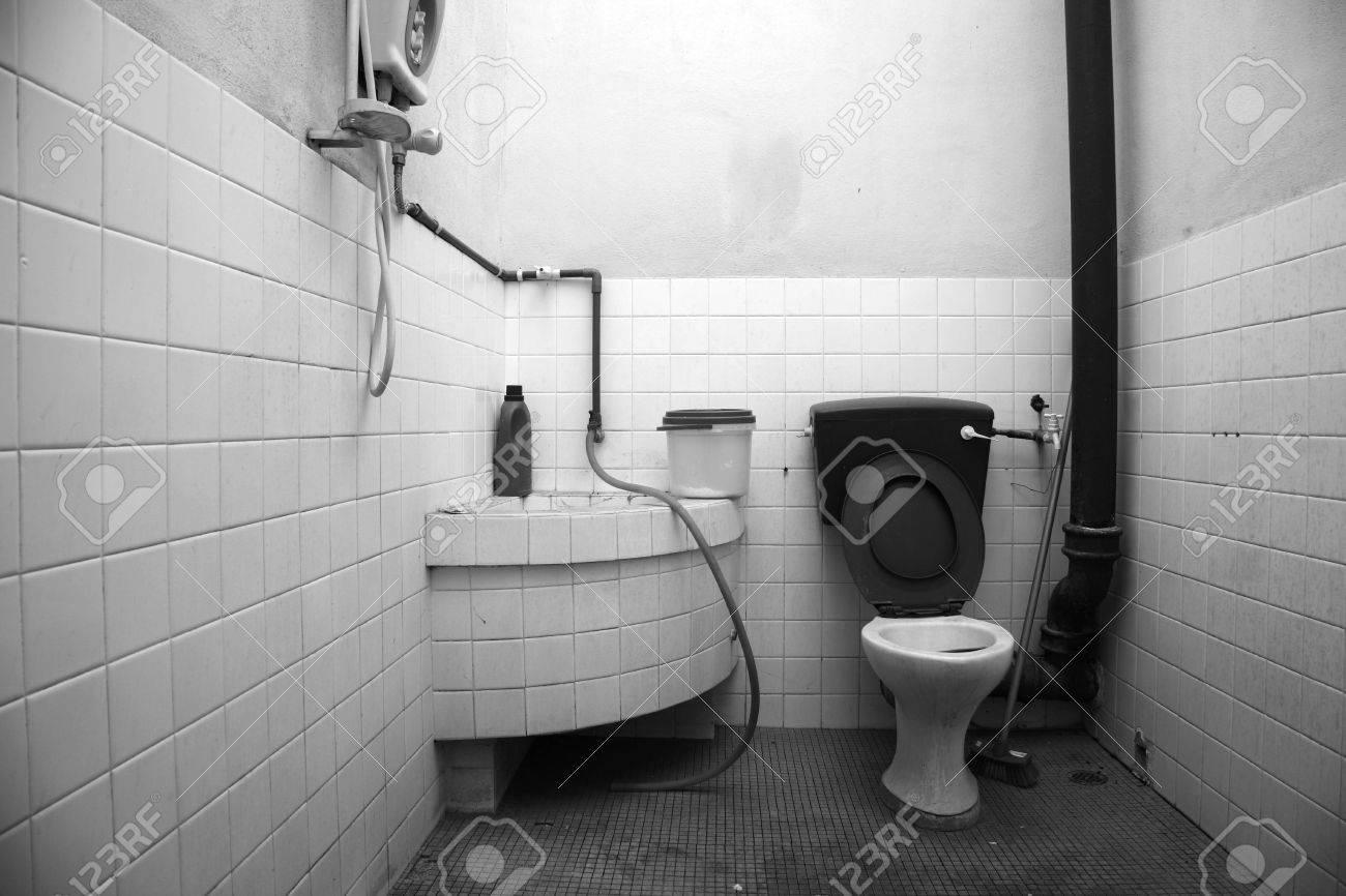 Vieille salle de bain en noir et blanc, vieux et friable. banque d ...