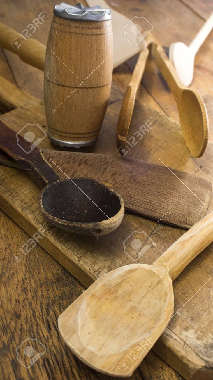 Küchenutensilien Aus Holz Auf Holztisch Und Schneidebrett. Bild Mit ...