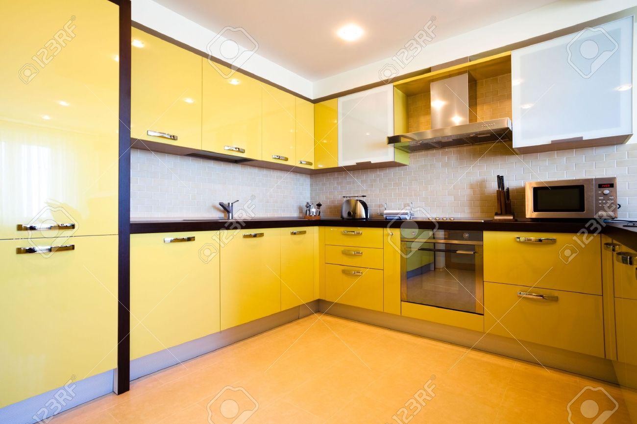 Gele keuken interieur in moderne flat royalty vrije foto, plaatjes ...