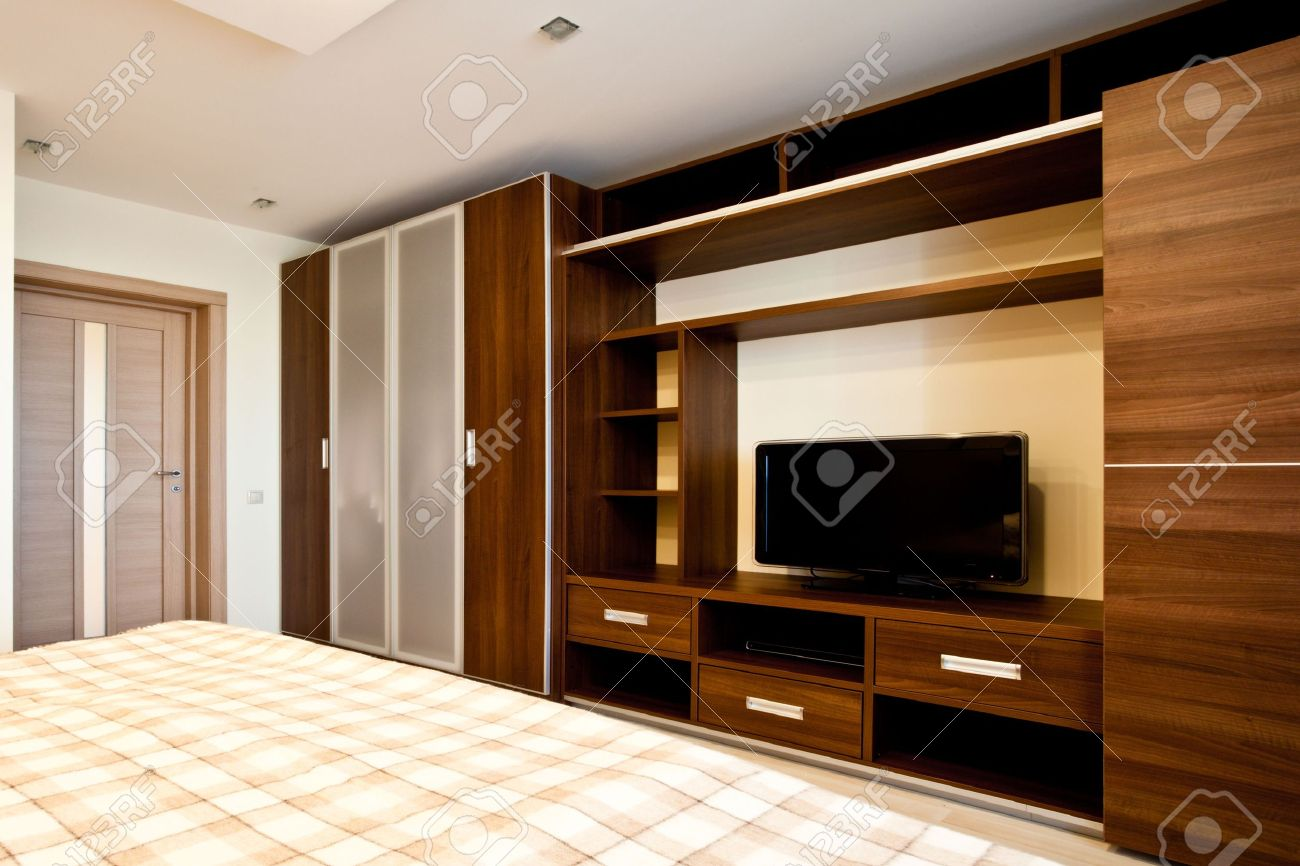 Confortable Chambre à Coucher Avec Tv Et Armoires Banque Dimages Et