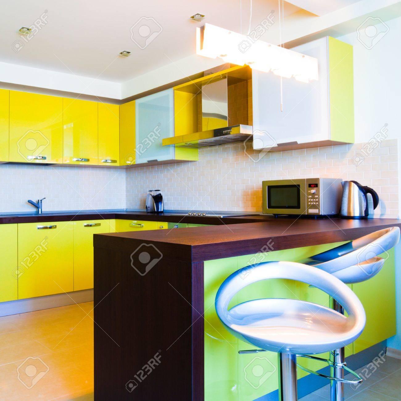 Cuisine Moderne Jaune jaune d'intérieur avec des chaises de cuisine moderne à plat, carré