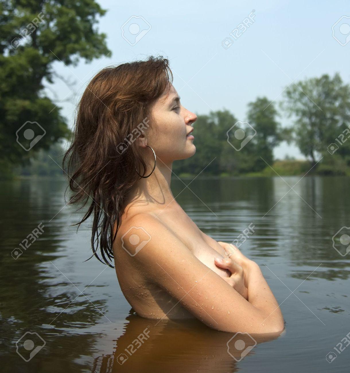 sexy-woman-swimming-nude
