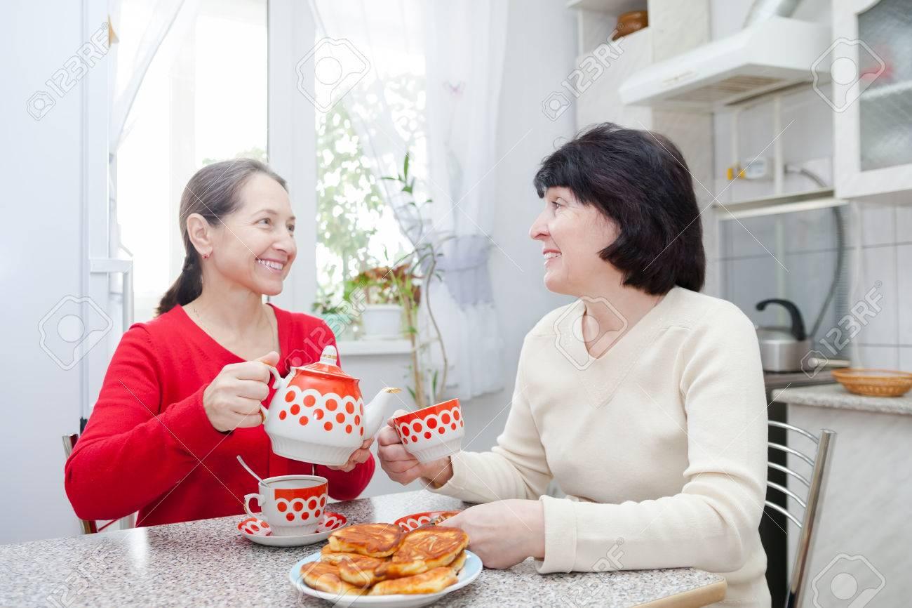 Maduras Cocina | Dos Amigas Maduras Que Hablan Sobre El Cafe En La Cocina Fotos