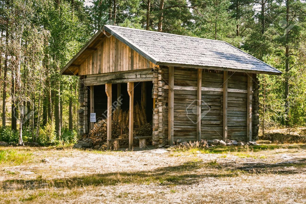 フィンランドの森の中の美しい小さな木造の建物