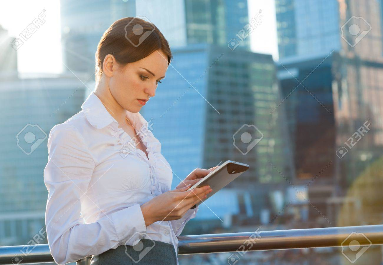 Business woman using tablet PC. Sun beams, lens flare - 19203117
