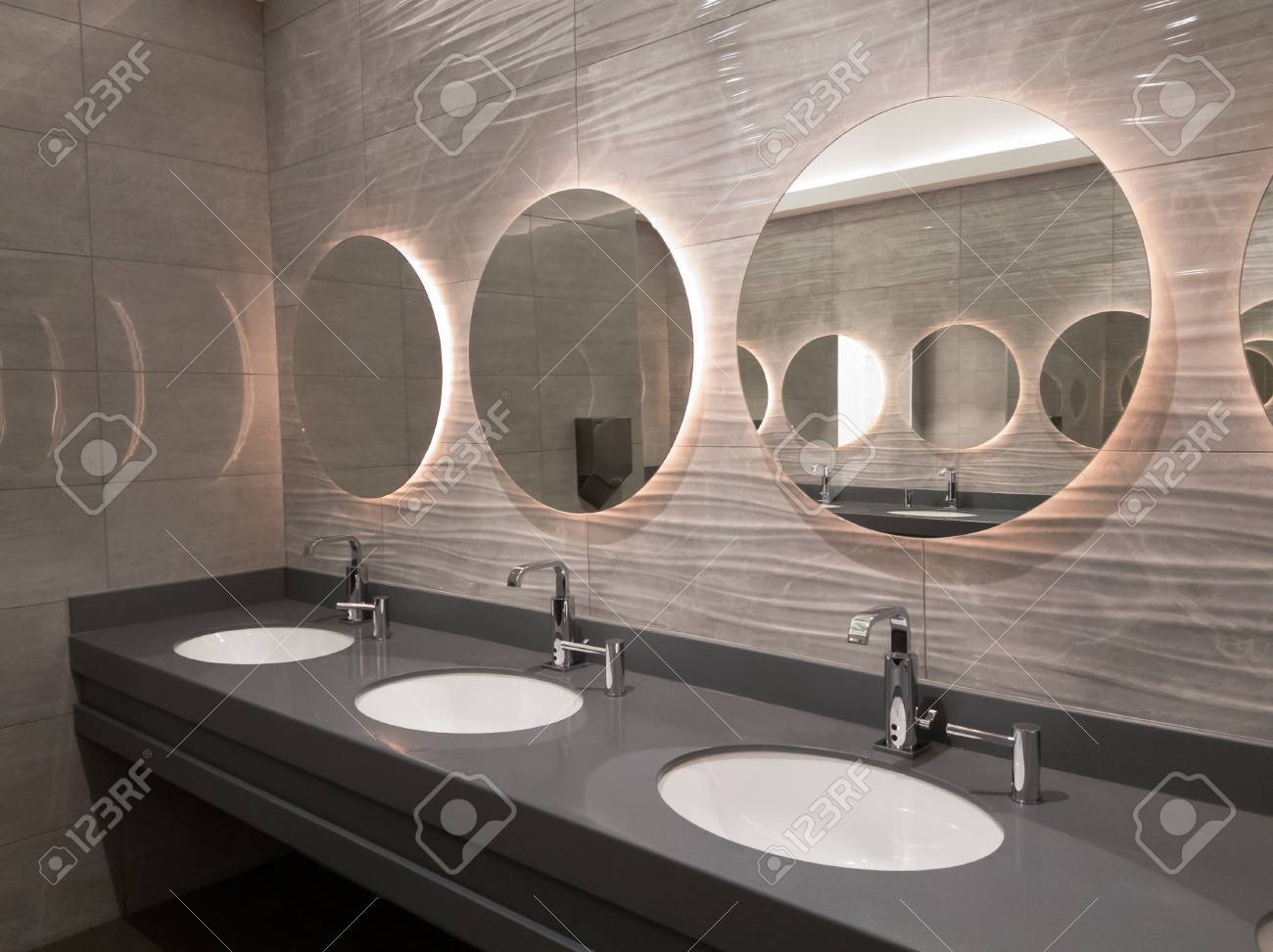 Öffentliche Waschräume ausreiben