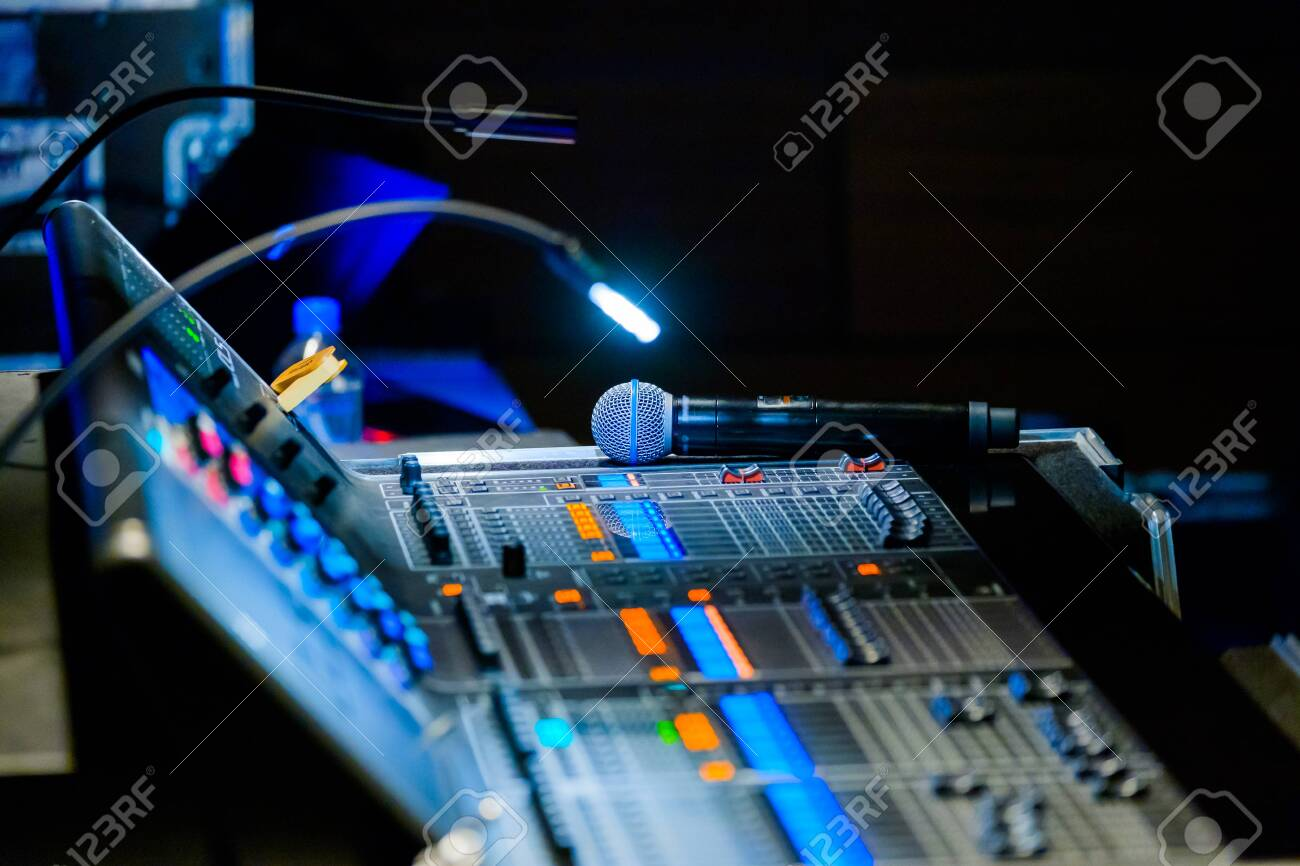 Broadcast audio and video equipment working at business conference - 115252332